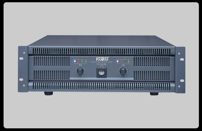 YB功率放大器PA系列 3u标准机箱高度的传统型功放,采用大功率双环型变压器为整机提供中够的能量保证,使整机低音非常雄厚饱满有力,整机的输入灵敏度可在0.77/1.4和26dB之间选择,可适合各种信号源的输出而不需要其它周边设备的处理。在传统的工作模式下增设了并接模式,可使整机在负载低至2的情况下安全稳定的连续工作,此时的功率与桥接功率相同,显著提高整机的使用效率。内置限幅电路,使高音通透亮丽,中音圆润清晰,低音雄浑饱满, 限幅电路保证了高质的声音的还原,同时减少系统由于削波直流输出对昂贵的喇叭造成额外的